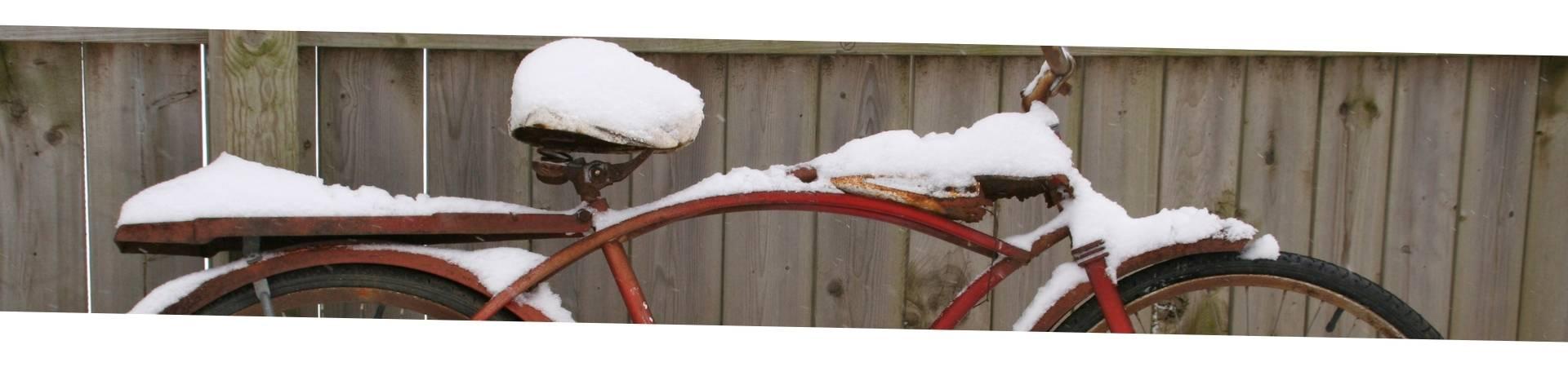 femme qui fait du vélo en hiver dans le froid
