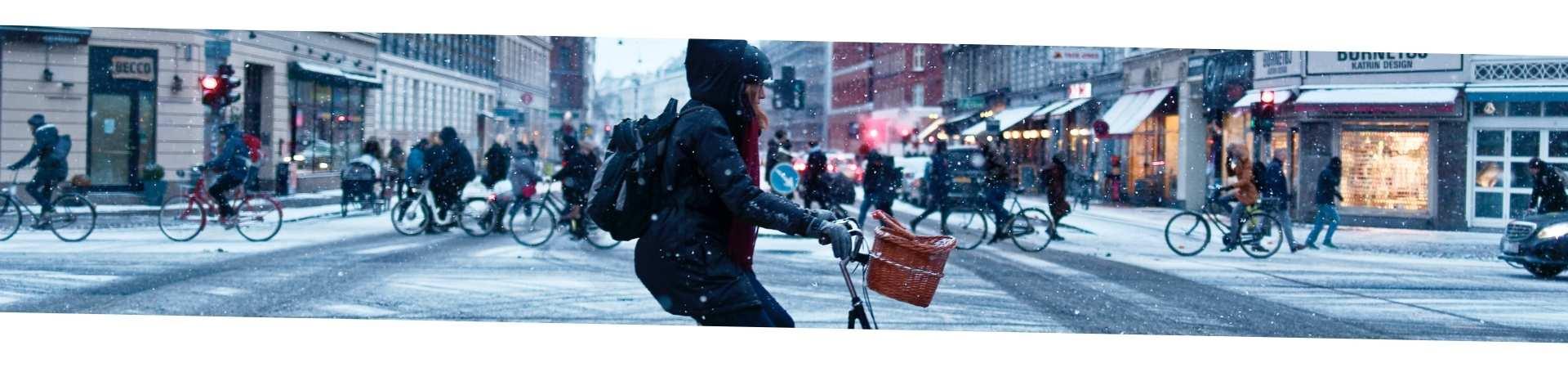 vélo dans la neige en hiver